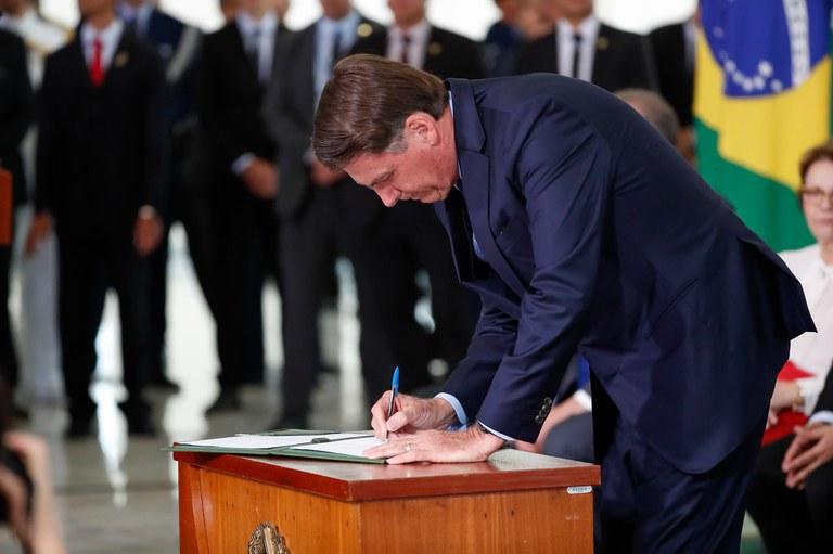 Bolsonaro assina lei